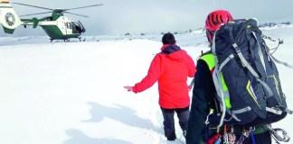 Un agente de la Guardia Civil acompaña al senderista localizado hasta el helicóptero que lo trasladó al centro de salud de Santiago de la Espada