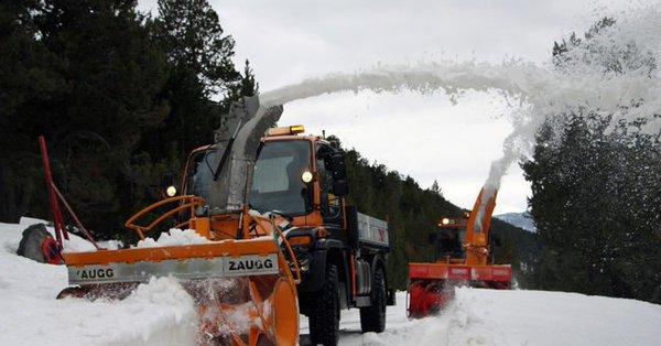 Las máquinas del COEX en pleno proceso de abrir las carreteras durante la primavera