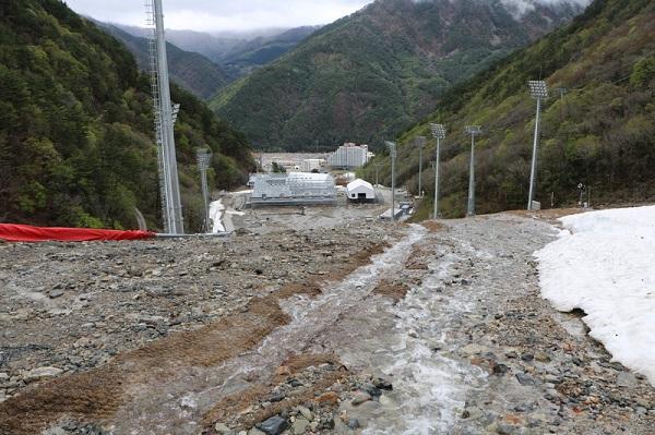 Ha llegado el deshielo en las pistas recién construidas de Pyeongchang y los expertos ya predicen deslizamientos de tierras FOTO: http://english.hani.co.kr/
