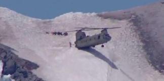 El helicóptero Chinook durante su aterrizaje en la cima del monte Hood