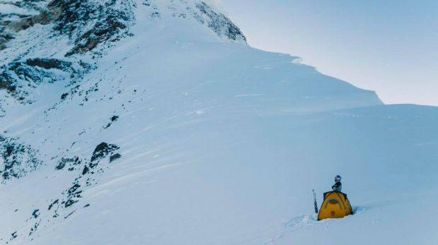 Un vivac solitario (campamento 4) de Andrzej Bargiel en el brazo K2 a unos 8000 m