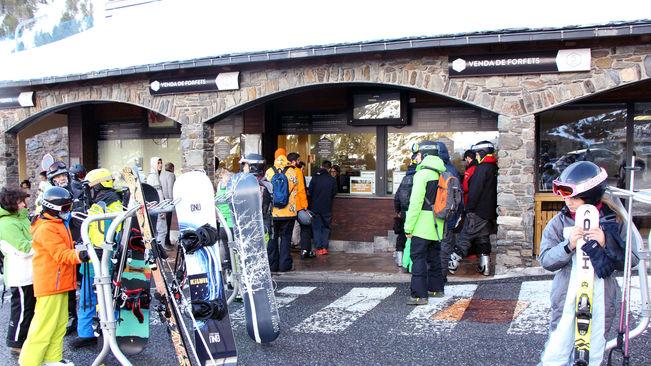 Aficionados hacen cola en Ordino para comprar el forfait
