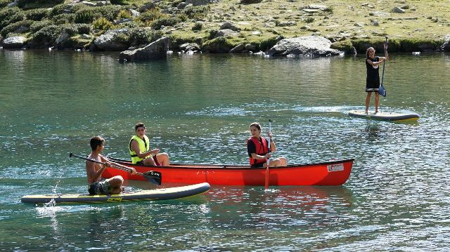 """El """"Estany de Més Amunt"""" el más grande y el más alto del circo glaciar de Tristaina, en Ordino Arcalís, es la base del kayak, canoas y paddle surf"""