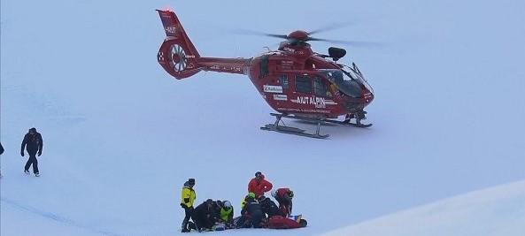 Marc Gisin recibe los primeros auxilios antes de ser evacuado en helicóptero