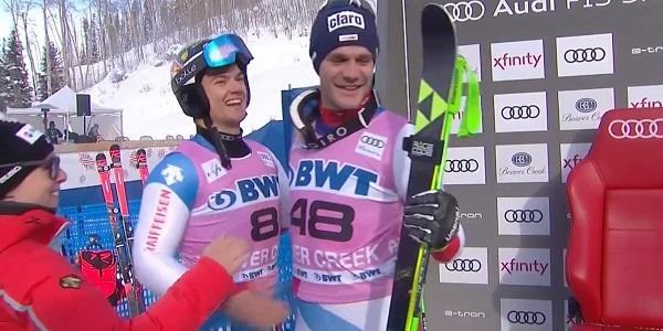 Un Thomas Tumler en las nubes es felicitado por su compatriota Marco Odermatt
