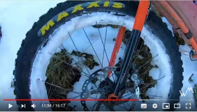 Una imagen de como la nieve se enganchaba entre los radios de la bicicleta