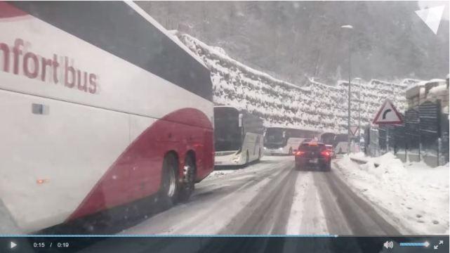 Varios autobuses turísticos circulaban sin cadenas bajo una intensa nevada