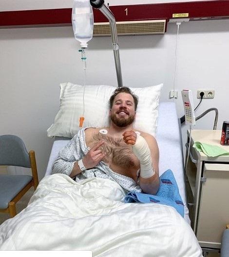 Kjetil Jansrud en el hospital tras ser operado de una fractura en dos dedos de la mano izquierda.