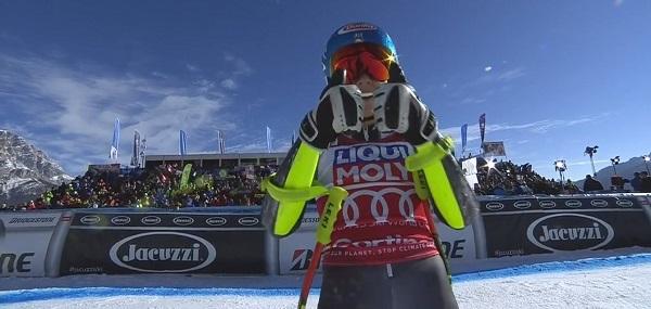 Mikaela Shiffrin celebra su victoria en el super G de Cortina tras cruzar la meta.