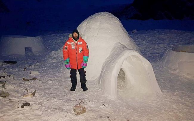 El alpinista delante de una del primer iglú