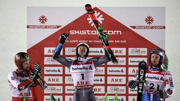 Henrik Kristoffersen celebra su título de campeón mundial en el podio junto a Marcel Hirscher y Alexis Pinturault. FOTO: AFP/Marca
