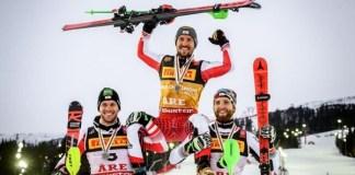 Marcel Hirscher es aupado por Michael Matt y Marco Schwarz tras revalidar su título de campeón del mundo de slalom. FOTO: AFP/Marca