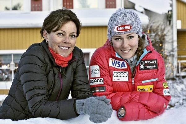 Mikaela con su madre Eileen.