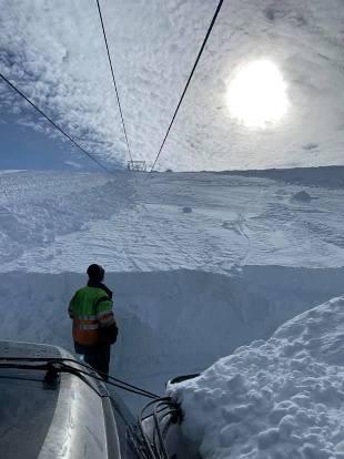 Una línea de un remonte colgado por una gran cantidad de nieve
