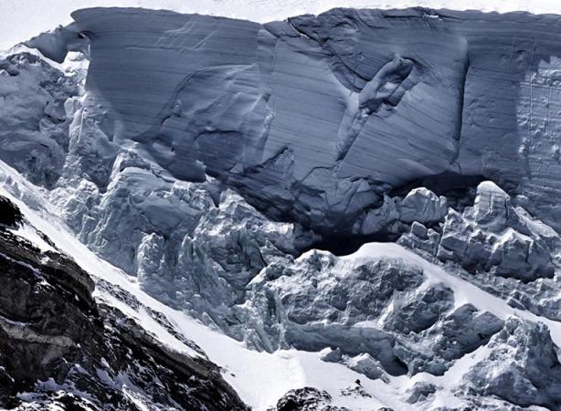 Las avalanchas se sucedieron varios días, y a partir de 8.200 m era imposible el acceso