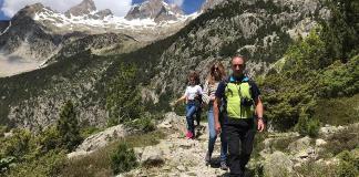 Los senderos señalizados invitan al turista y al montañista