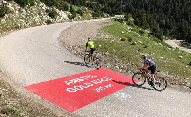 Las 11 curvas más importantes del ascenso hasta el puerto de montaña, coincidiendo con el centenario de la Volta a Catalunya, se han señalizado