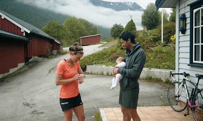 Emelie Forsberg sale a entrenar, Kilian se queda en casa con su hija Maj