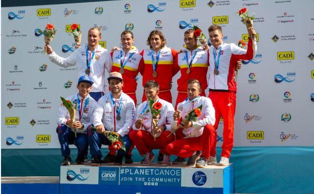 Ander Elosegi (2i), Miquel Travé (4i) y Luis Fernández (1i) posan en el podio