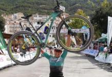 Pletórica Claudia Galicia a su llegada a la meta