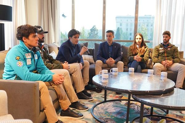Deportistas y dirigentes respondieron a las preguntas de los medios en la presentación. FOTO: © Jaime Lahoz, RFEDI-SPAINSNOW