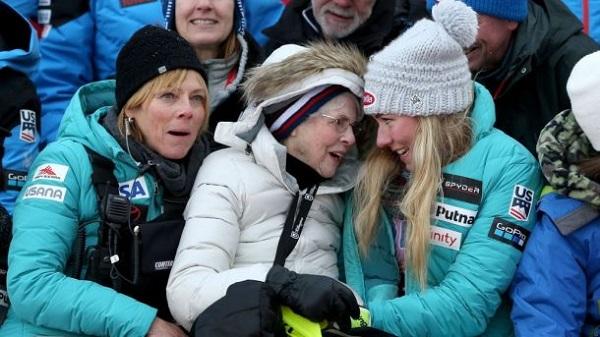 Shiffrin junto a su abuela, que falleció el mes pasado. FOTO: NBC