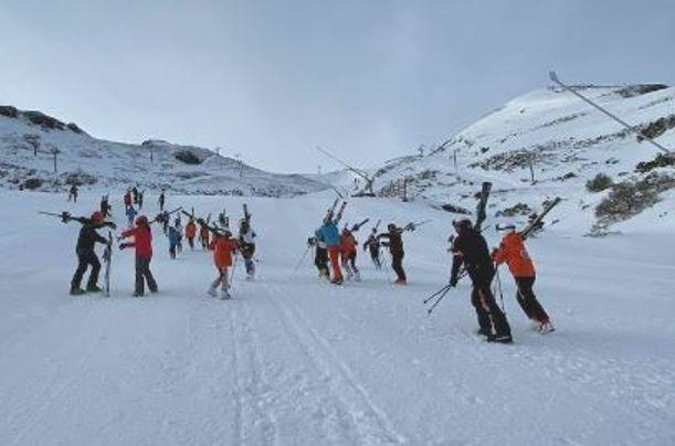 Los aficionados tuvieron que caminar cuesta arriba por Valgrande más de una hora