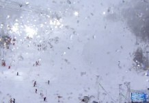 El intenso trabajo de los centenares de voluntarios de Val d'Isère nada ha podido hacer ante las fuertes ráfagas de viento.