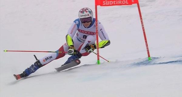 Marco Odermatt ha acabado quinto y con ostensibles gestos de dolor en la rodilla derecha.