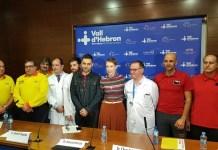 Audrey Mash en el centro de la foto con los servicios de rescate y los médicos