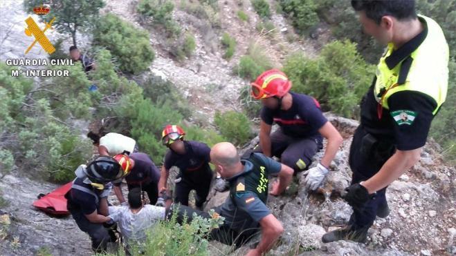 Efectivos de la Guardia Civil en el momento del rescate del escalador
