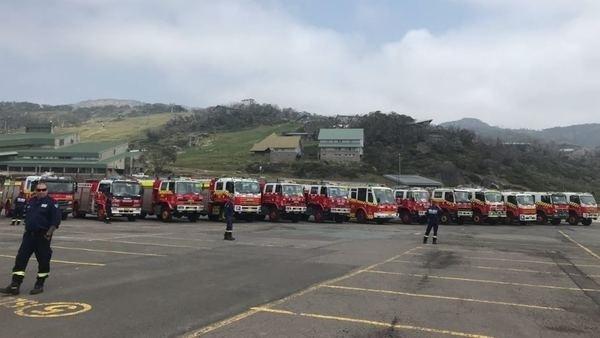 Camiones de bomberos en el parking de la estación de Perisher. FOTO: @coopesdetat
