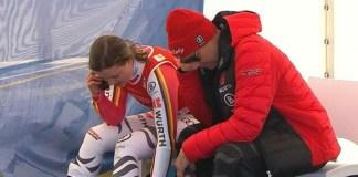Viktoria Rebensburg tras caerse en el super G del domingo y antes de saber que su rodilla derecha le impedirá volver a competir esta temporada.