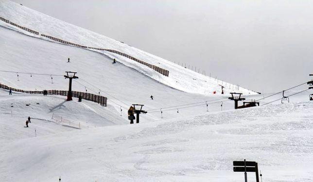 La nieve sigue vistineod de blanco las pistas granadinas