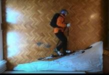 Philipp Klein Herrero, en el salón de su casa como si estuviese en la montaña.
