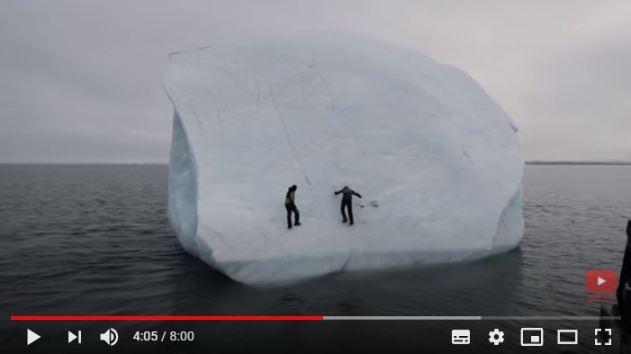 Momento que la masa de hielo se abalanza sobre los aventureros
