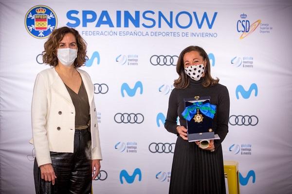 Lola Fernández Ochoa ha recibido de Irene Montero la Gran Cruz del Mérito Deportivo de su hermana Blanca.