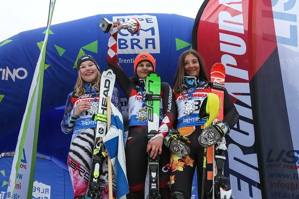 Ljutic, en lo más alto del podio del slalom del Alpe Cimbra. Repitió el oro en el gigante. FOTO: Twitter Alpe Cimbra FIScc