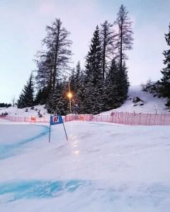 Nieve muy dura hoy en la Streif, lo que ha añadido una complicación al super G. FOTO: Twitter FIS Alpine