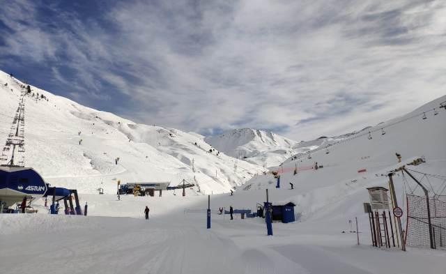 Astún, con nieve hasta la bandera, acusa la falta de esquiadores