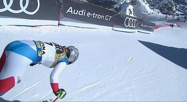 Corinne Suter se lanza desde lo alto de la Olympia delle Tofane para proclamarse campeona mundial de descenso.