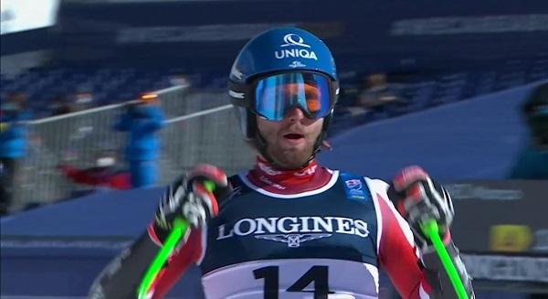 Marco Schwarz, campeón del mundo de combinada tras ejecutar un slalom perfecto sobre una nieve muy difícil.