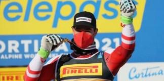 Vincent Kriechmayr posa con la medalla de oro de descenso tres días después de haber conquistado la de super G.