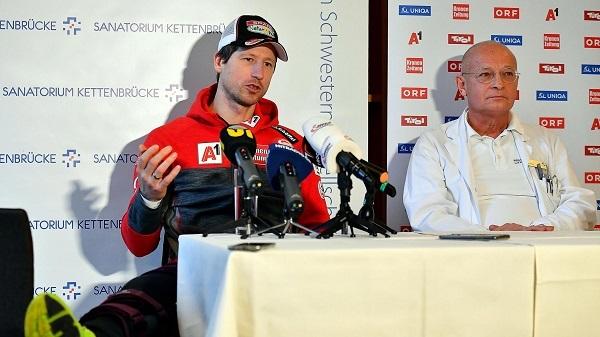 Hannes Reichelt cuando anunció que no se iba a retirar tras dejarse la rodilla derecha en Bormio.