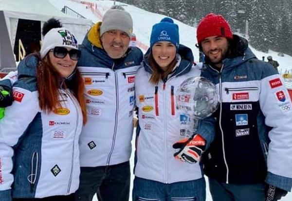 La esquiadora con su familia. Facebook P.V.