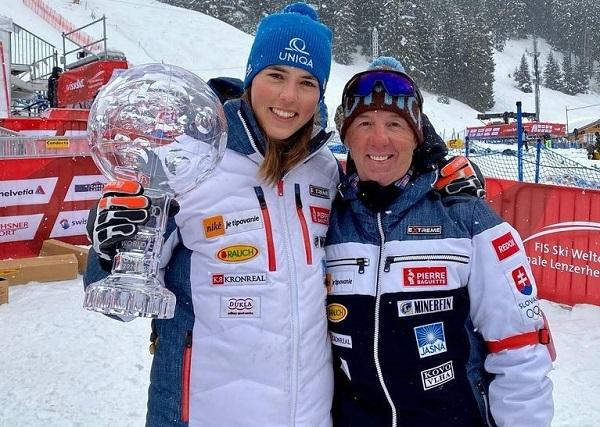 Petra Vlhova junto a Livio Magoni mostrando el Gran Globo de cristal.
