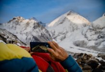 Alex Txikon observando el Everest