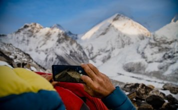 Alex Txikon observando el Everest