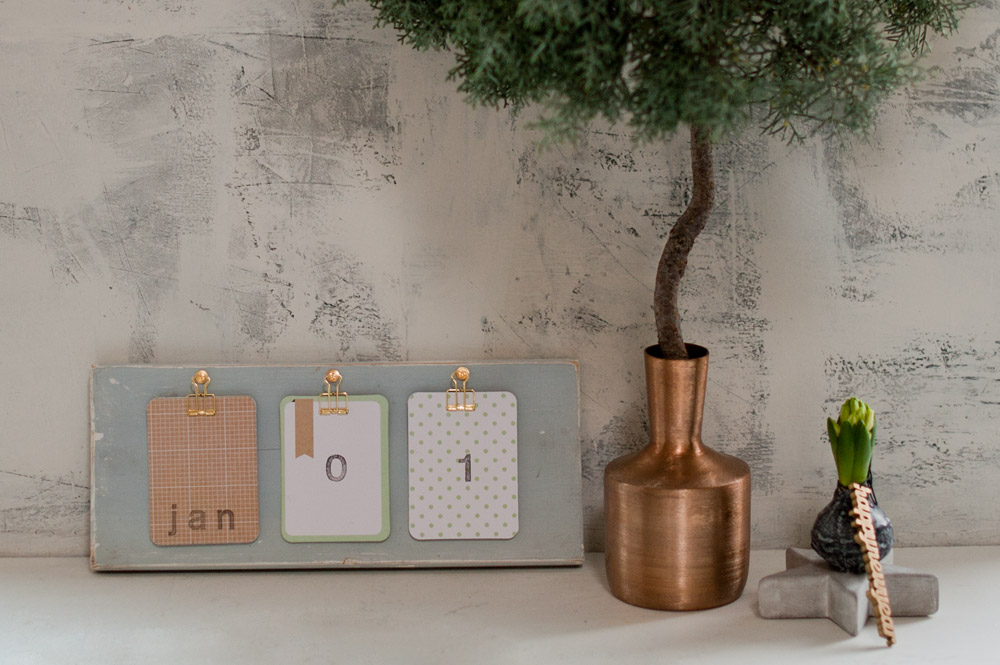 DIY Desk Calendar for the new year from {nifty thrifty things}