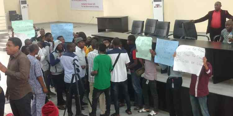 UNIPORT students invade ASUU meeting